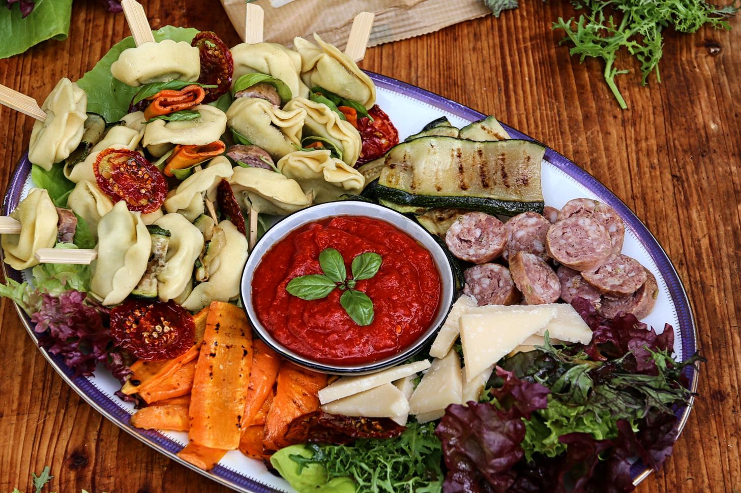 Tortelloni-Spieße-mit-Antipasti
